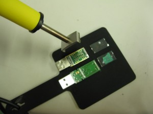 USBメモリチップの取り外し