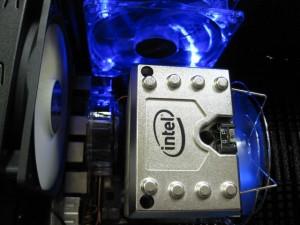 Intel純正CPUファンは巨大で、ファンコントロールが付属しています